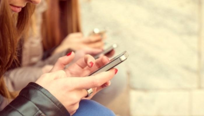 Foto de Tener móvil propio, un factor de riesgo para el ciberacoso en la adolescencia