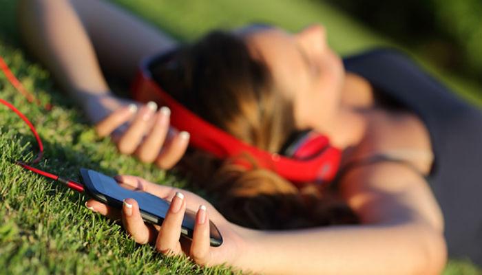 Foto de Los jóvenes españoles serían felices sin móviles pero no sin libros, música y series