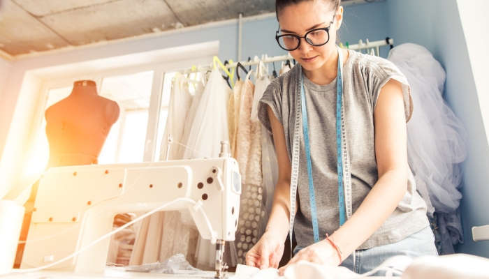 Foto de Cursos de diseño y moda para hilvanar tu futuro aguja en mano