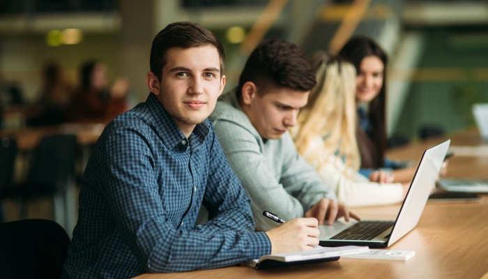 Foto de Becas colaboración de 2.000 euros para jóvenes en departamentos universitarios