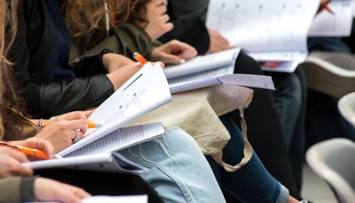 Foto de La educación en España se pone colorada cuando la miran