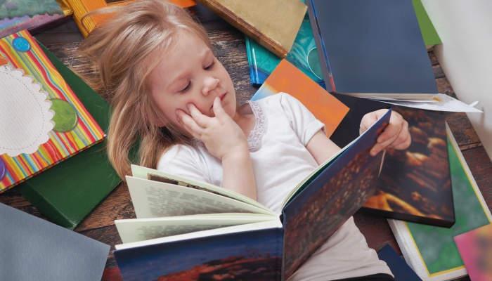 Foto de Las niñas leen y escriben mejor y los científicos saben por qué