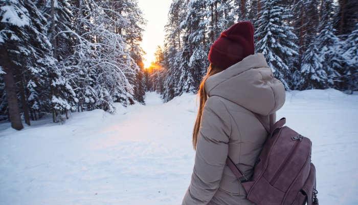 Foto de Becas para estudiar un máster en Finlandia con bufanda y manta