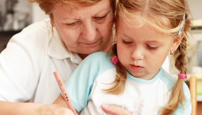 Foto de Abuelos canguro: ¿deberían cobrar un salario por cuidar a sus nietos?