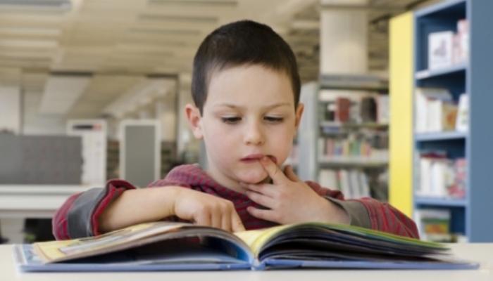 Foto de Los niños que leen libros mejoran su rendimiento académico